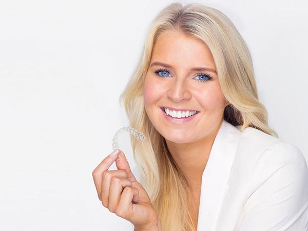 Invisalign - Zähne mit Zahnspange pflegen